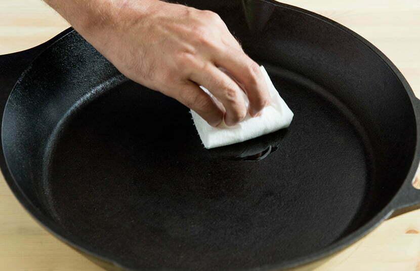 Cómo curar una sartén u olla de hierro